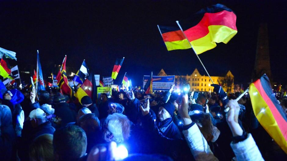 Demonstranten mit Deutschlandfahnen bei einer Kundgebung der AfD in Erfurt am Mittwoch