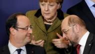 Debatten in Brüssel: Angela Merkel im Gespräch mit Francois Hollande (links) und Martin Schulz