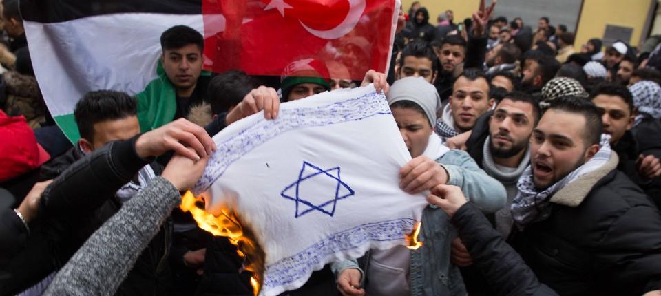 Bildergebnis für berlin israel fahne angezündet
