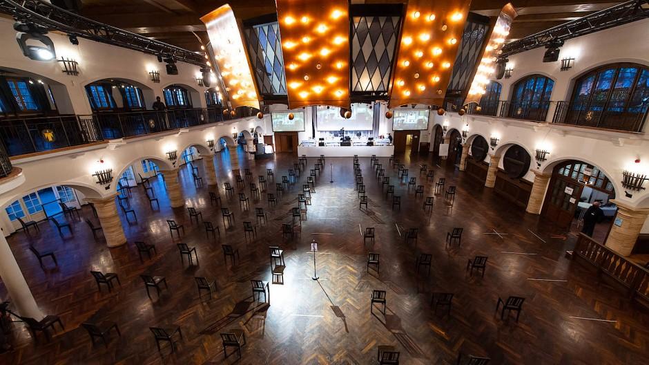 Blick in den großen Saal im Münchener Löwenbräukeller vor Beginn der ersten Gläubigerversammlung im Wirecard-Insolvenzverfahren