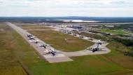 Gander im September 2001: Der Flughafen wird nach den Terroranschlägen zum Ausweichziel von 38 Flugzeugen. Der Jumbojet der Lufthansa parkt hinter einem Militärtransporter (rechts unten).