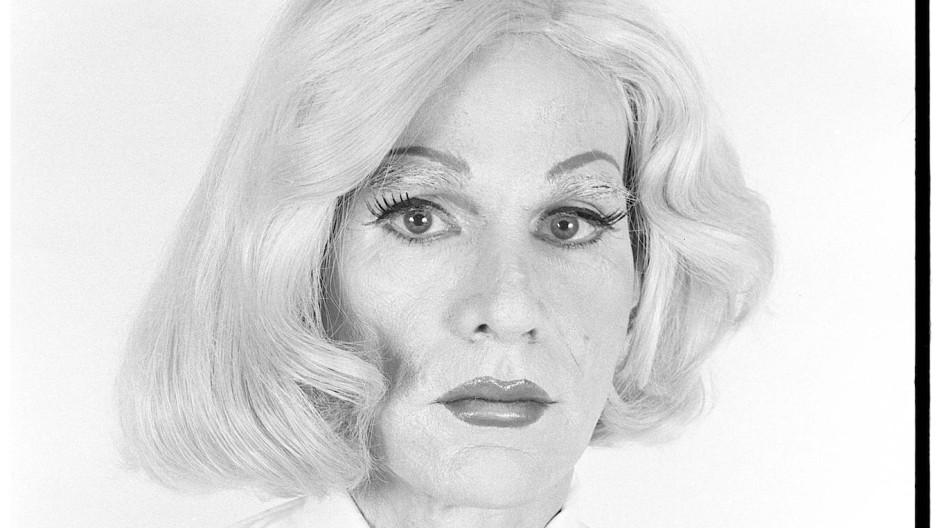 """Marcel Duchamp alias Rrose Sélavy lässt grüßen: Andy Warhol posiert 1981 für Christopher Markos' """"Altered Image"""""""