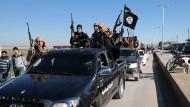 Ein Konvoi von IS-Kämpfern passiert die Stadt Tel Abjad im nordöstlichen Syrien.