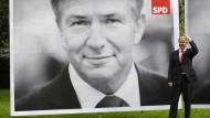 Als er noch Lieblingspolitiker der Berliner war: Klaus Wowereit vor seinem Wahlplakat im Wahlkampf 2011