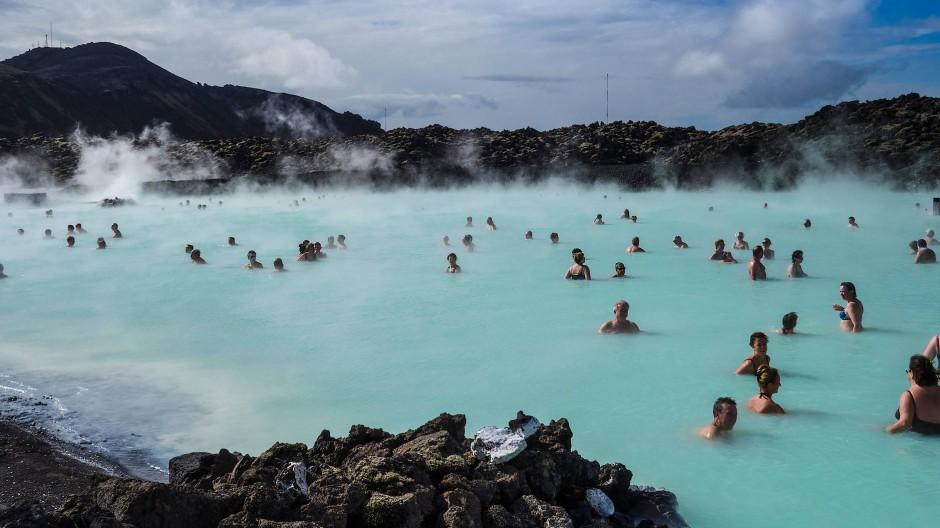 """Das Thermalbad """"Blaue Lagune"""" liegt in der Nähe des sich """"aufblähenden"""" Berges Thorbjorn. (Archivfoto)"""