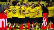 Kollektiver Jubel: Eine Halbzeit lang müht sich Dortmund gegen den FC Augsburg ? dann dreht die BVB-Offensive auf.