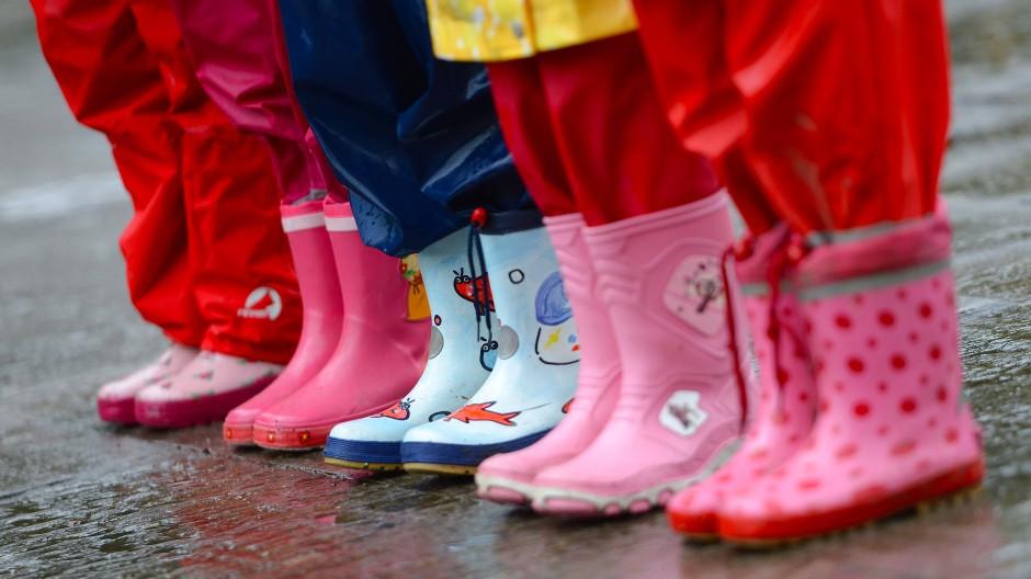 Kinder mit bunten Regenstiefeln: Vor allem in Outdoorkleidung sind Weichmacher enthalten.