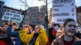 Schüler, Lehrer und Eltern protestieren für Klimaschutz