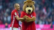 Einer der ersten Gratulanten: Das Bayern-Maskottchen Berni reicht Arjen Robben die Tatze.