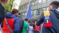 Auch vor dem rumänischen Konsulat in München bildeten sich lange Schlangen.