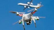 In Flughafennähe hat sie nichts zu suchen: Private Drohne nebst Flugzeug im Hintergrund