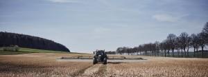 Ein Traktor bringt auf einem Feld nahe Göttingen Glyphosat aus: Das Pestizid kommt in der Regel als Nacherntebehandlung bzw. vor der Aussaat zum Einsatz.