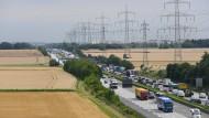 Umstritten: Die Autobahn 5 durchquert das Untersuchungsgebiet für einen neuen Frankfurter Stadtteil von Norden nach Süden. Die Stadt Frankfurt will prüfen, ob die A 5 in Richtung Westen verlegt werden kann.