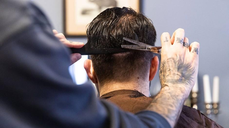 Direkt am ersten Tag einen Friseurtermin: Es wird fleißig geschnitten, in den Salons herrscht schon früh emsige Geschäftigkeit