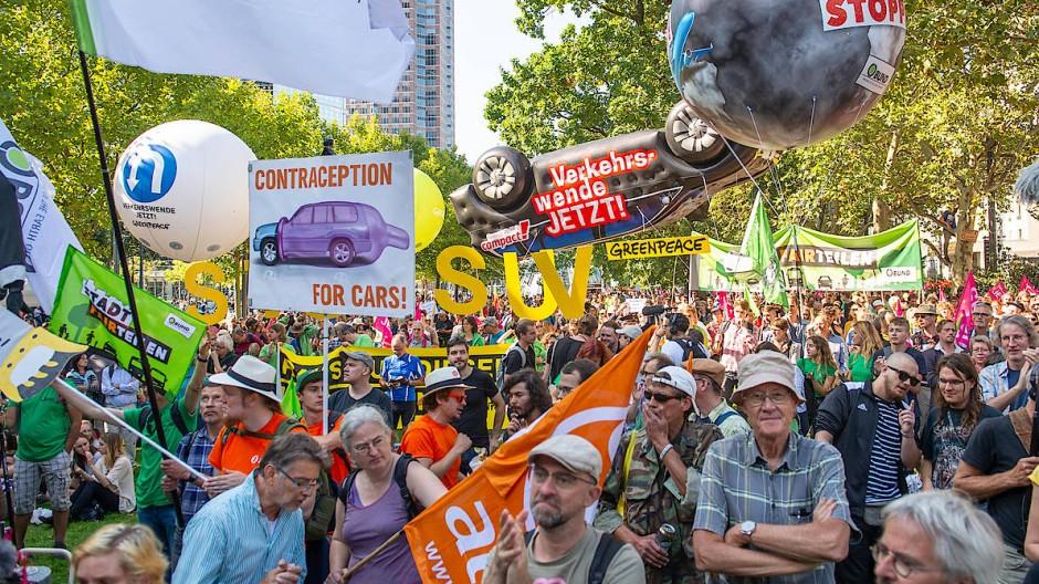 Vor der Messe, in der die IAA stattfindet, wird bei einer Abschlusskundgebung für mehr Klimaschutz und eine Verkehrswende demonstriert.