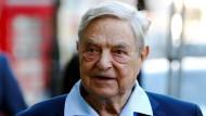 George Soros: Politiker osteuropäischer Länder werfen dem Milliardär vor, die Länder mit Flüchtlingen destabilisieren zu wollen.