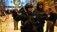 Schwerbewaffnete Polizisten bewachen den Trump-Tower in New York
