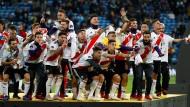 Die Mannschaft von River Plate feiert den Gewinn der Copa Libertadores, nachdem sich das Team in der Verlängerung gegen Boca Juniors durchsetzte.