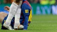 Kein Versehen: Pepes Fuß auf Messis Hand