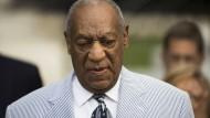 Heller Anzug und Gehstock: Bill Cosby schweigt bei der Anhörung im Gericht in Norristwon.