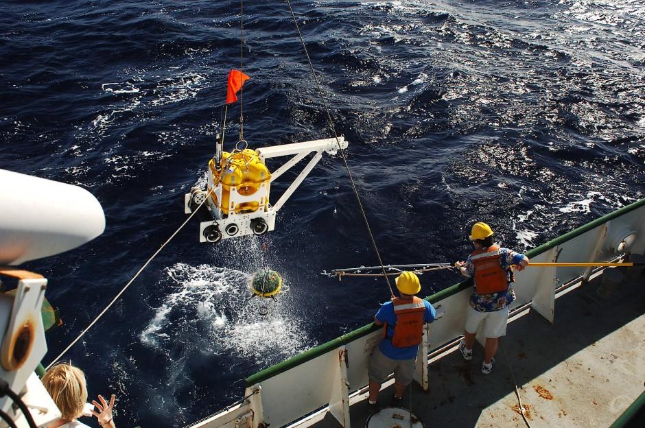 Forscher bei der Bergung eines Seismometers vor Hawaii.