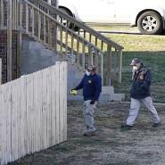 Ermittler des FBI und des ATF (Bureau of Alcohol, Tobacco, Firearms and Explosives) untersuchen ein Haus.