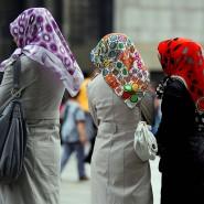 Türkischstämmige Frauen mit Kopftüchern in der Kölner Innenstadt
