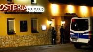 Polizisten vor dem Restaurant eines Verdächtigen in Pulheim