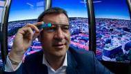 Markus Söder blickt durch eine Google Glass in die Zukunft (Archivfoto)