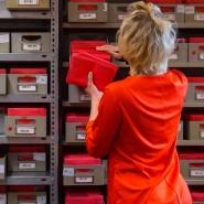 Befristung im öffentlichen Dienst: Eine Angestellte mit Zeitvertrag sortiert Wahlbriefe.
