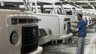 Volkswagen ist seit 1953 in Brasilien und nach eigenen Angaben größter Autobauer im Land, hier eine VW-Fabrikhalle von Volkswagen im brasilianischen Sao Bernardo do Campo, südlich von Sao Paulo.