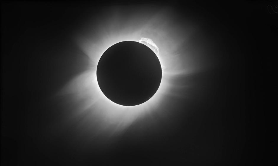 Die unruhige Corona der Sonne kann bei einer Sonnenfinsternis beobachtet werden, hier die berühmte Verdunkelung von 1919.