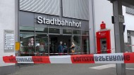 Mit Polizeiband ist der Zugang zum Stadtbahnhof in Iserlohn nach einer Messerattacke gesperrt.