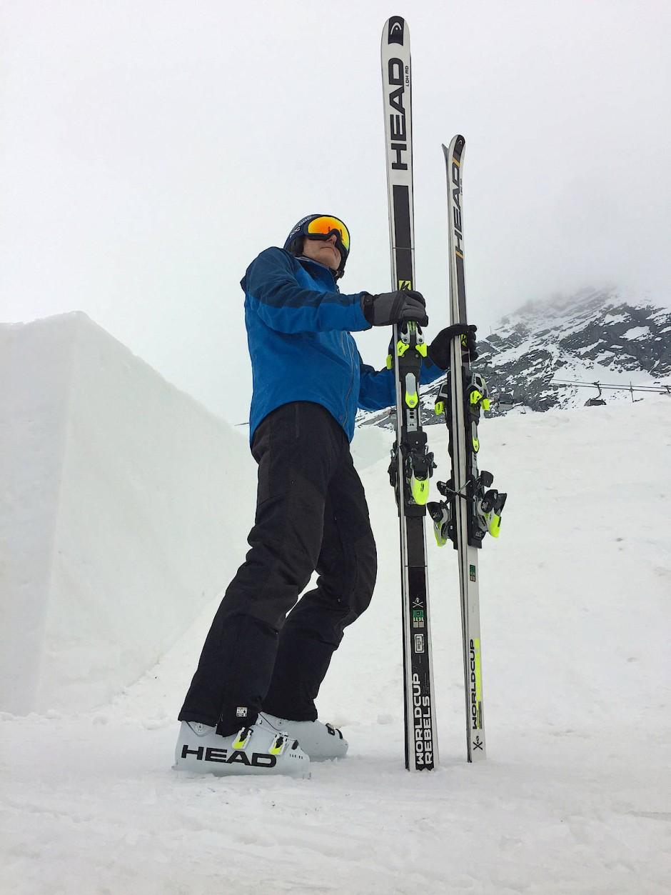 Überragend: Mit Svindals Abfahrtslatten wird unser 1,85-Meter-Mann über sich hinauswachsen müssen. Rechts im Bild ein Damen-Super-G-Ski.