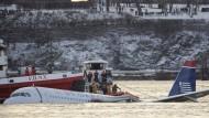 Helfer umgeben auf Booten und Schiffen den Airbus A320 der Fluggesellschaft US Airways, der nach einer Notwasserung im Jahr 2009 auf dem Hudson River vor Manhatten treibt.
