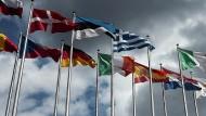 Flaggen von EU-Mitgliedsstaaten vor dem Europäischen Parlament in Straßburg