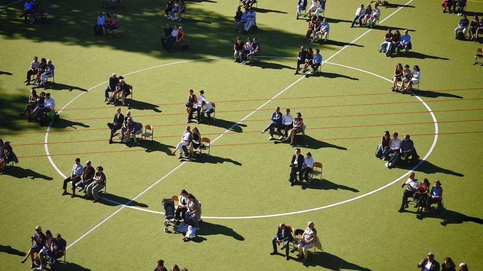 Auf dem Sportplatz eines Gymnasiums in Berlin: Zeugnisvergabe mit Abiturienten und Angehörigen am Rheingau-Gymnasium in der Hauptstadt.