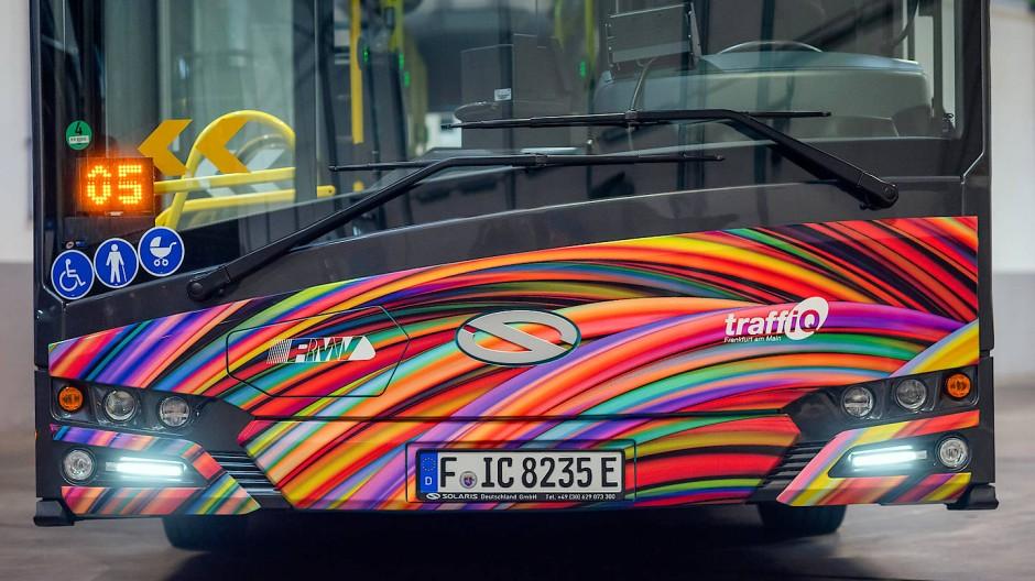 Auffälliges Design: Ein neuer Elektrobus der Stadt Frankfurt.