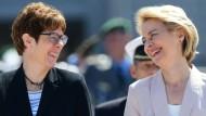 Annegret Kramp-Karrenbauer und Ursula von der Leyen bei der Amtsübergabe des Verteidigungsministeriums in Berlin.