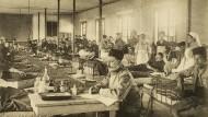Blick in ein französisches Lazarett im ersten Weltkrieg. Fotopostkarte aus 1914.