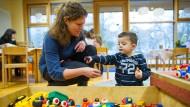 Im Sozialbereich, zum Beispiel in Kindergärten, gibt es die meisten neuen Stellen für Frauen.