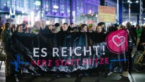 Tausende demonstrieren gegen Pegida