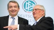 Die früheren DFB-Präsidenten Niersbach (l.) und Zwanziger müssen sich in der Affäre um die WM 2006 vor Gericht verantworten.