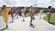 Freundschaftstag: Georgische Kinder zeigen im Juni in Tiflis chinesische Kampfkunst.