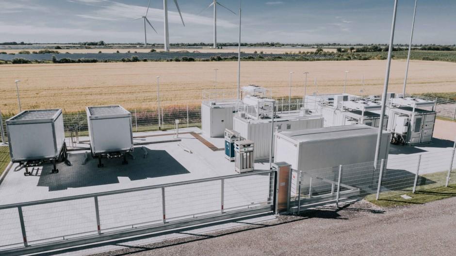 Auf dem Areal der Bosbüller Wasserstoff-Farm produzieren zwei Elektrolyseure 100 Kilogramm Wasserstoff pro Tag.