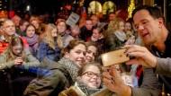 Gemäßigt populistisch?: Der niederländische Regierungschef Mark Rutte im Selfie-Bad