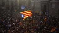 """Die """"Estelada"""", die inoffizielle Fahne Kataloniens, inmitten hunderter Anhänger der Unabhängigkeitsbewegung."""