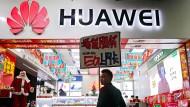 Ein Mobilfunkgeschäft von Huawei in Shenzhen