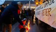 Trauer und Entsetzen: Vor der Frankfurter Paulskirche versammelten sich gestern gut 150 Menschen, um der Opfer des Anschlags in Istanbul zu gedenken. Darunter waren auch viele Politiker wie der SPD-Landtagsabgeordnete Turgut Yüksel.