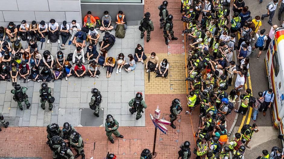 Von der Polizei festgenommene Demonstranten am 27. Mai im Hongkonger Einkaufsviertel Causeway Bay.